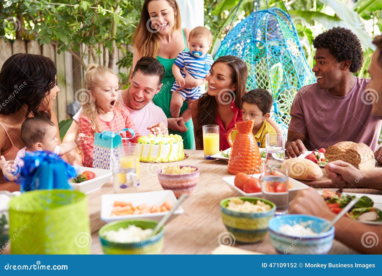 Groep Families die de Verjaardag van het Kind thuis vieren