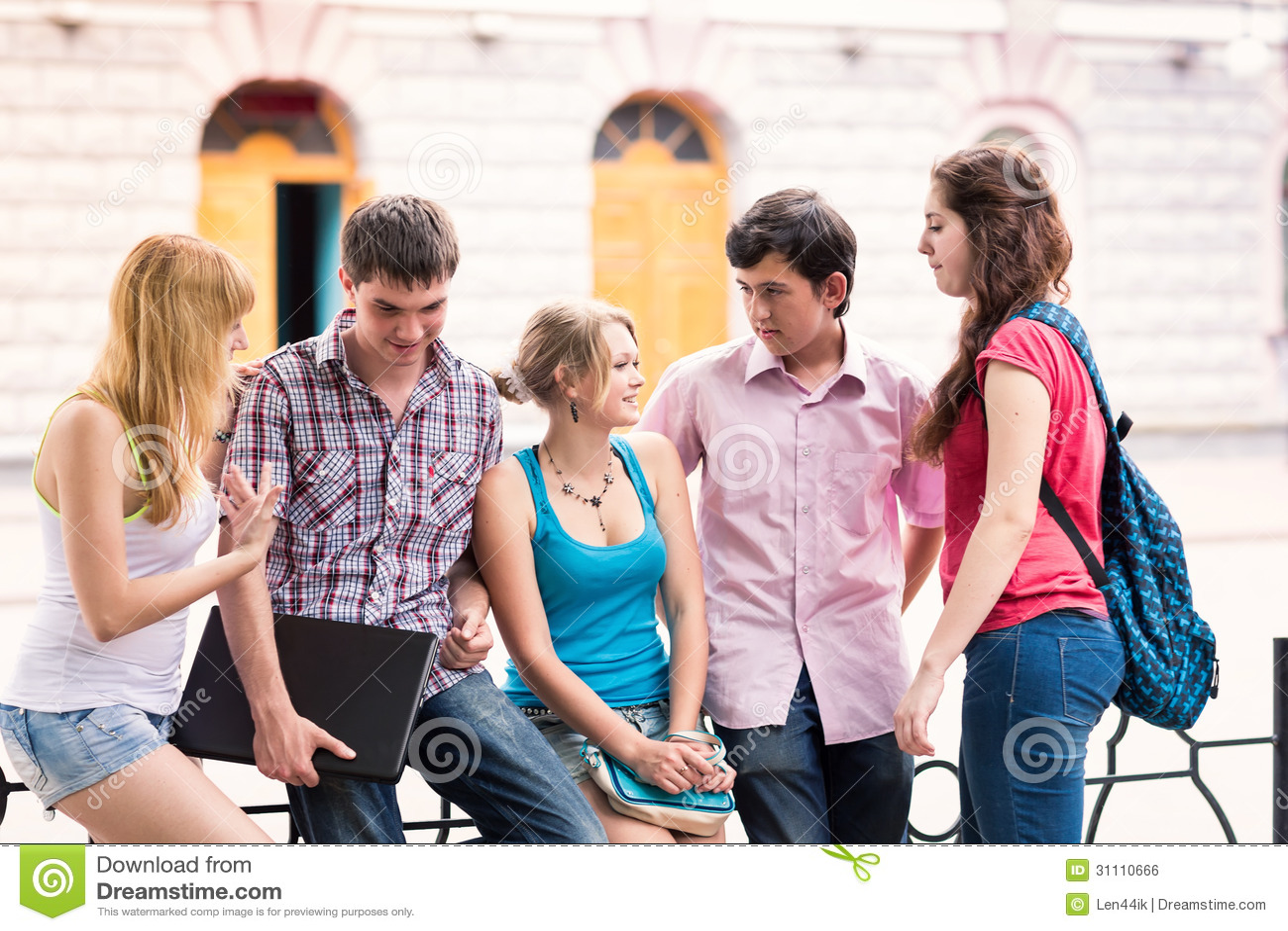 Groep gelukkige glimlachende Tienerstudenten buiten Universiteit