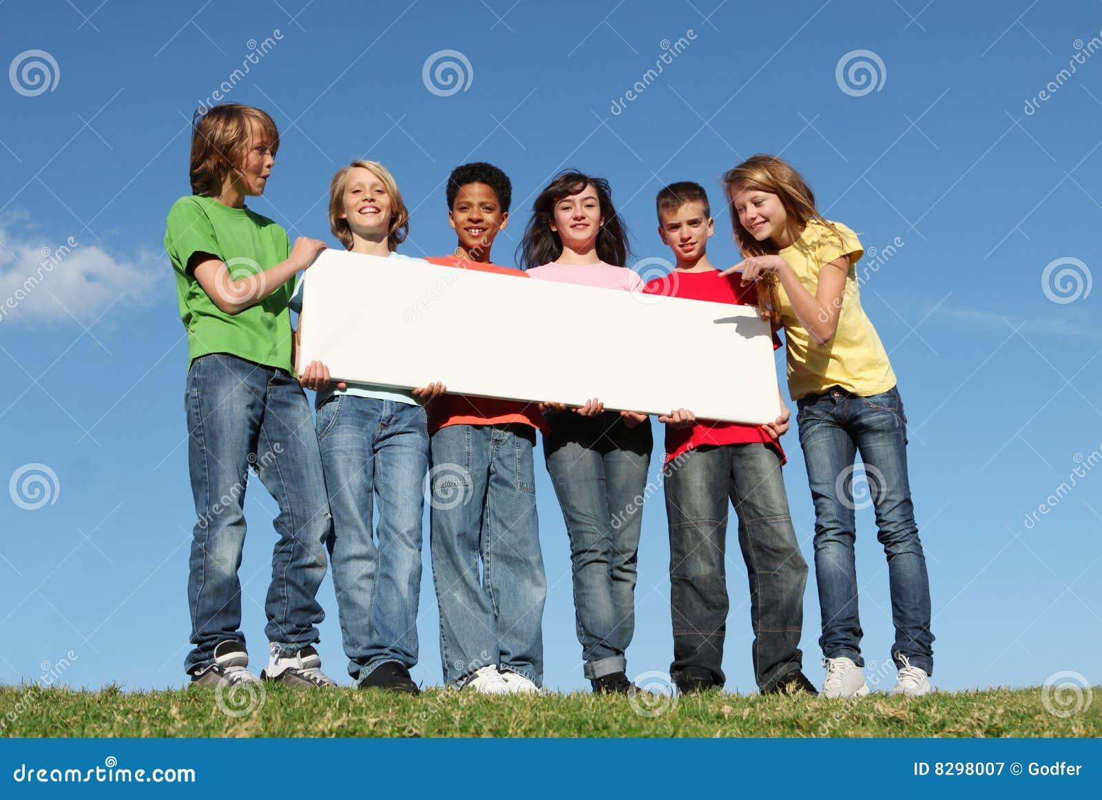 Groep gelukkige jonge geitjes, leeg teken