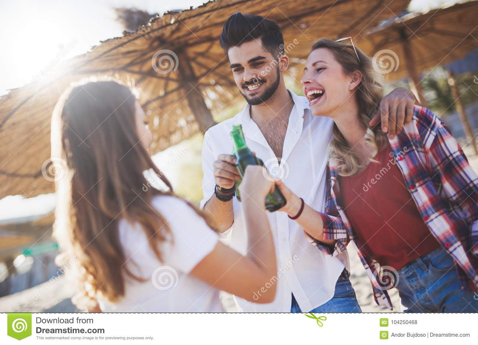 Groep gelukkige jongeren die de zomer van vakantie genieten