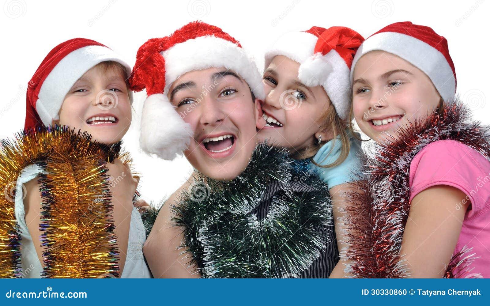 Groep gelukkige kinderen die Kerstmis vieren