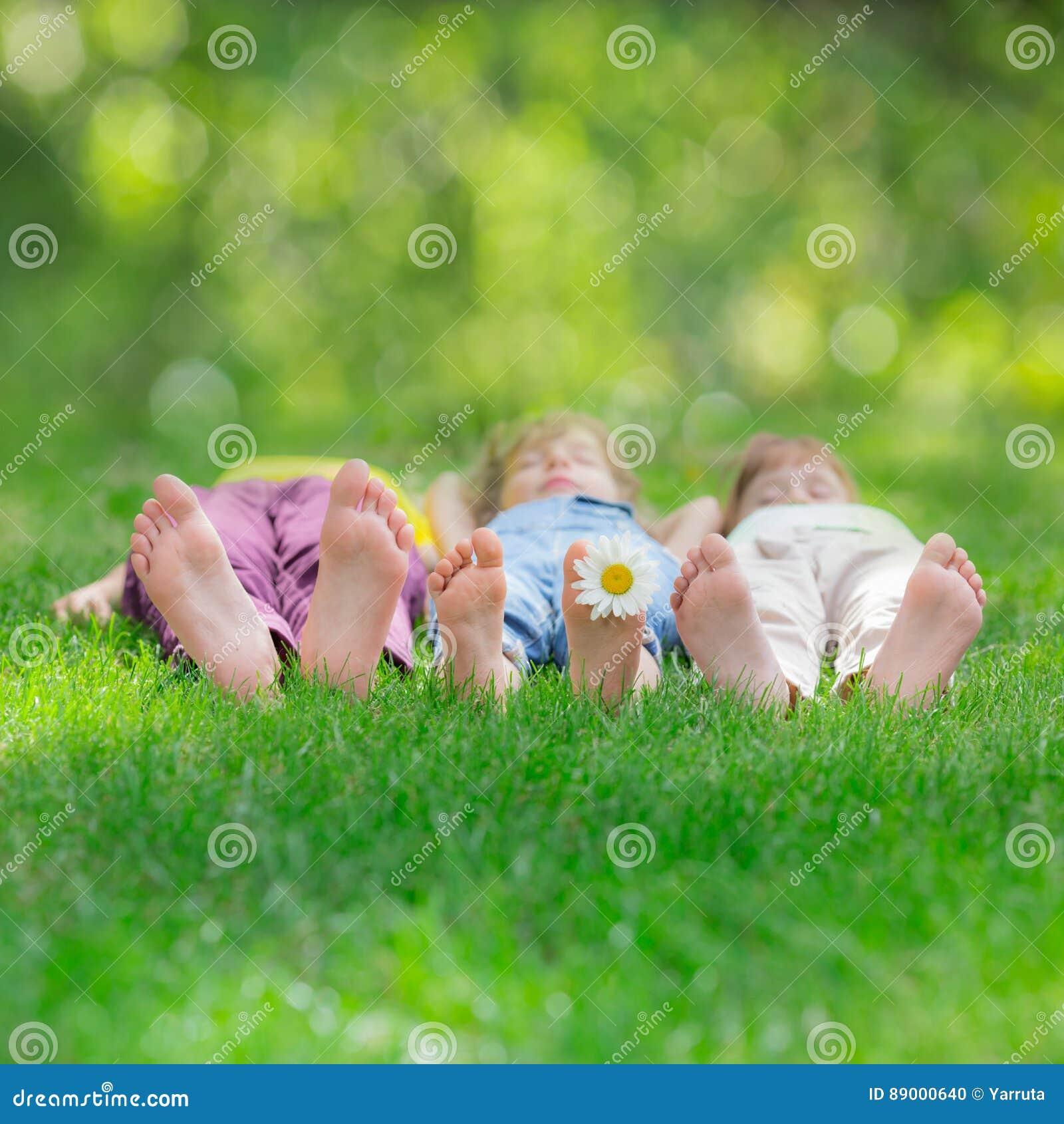 Groep gelukkige kinderen die in openlucht spelen