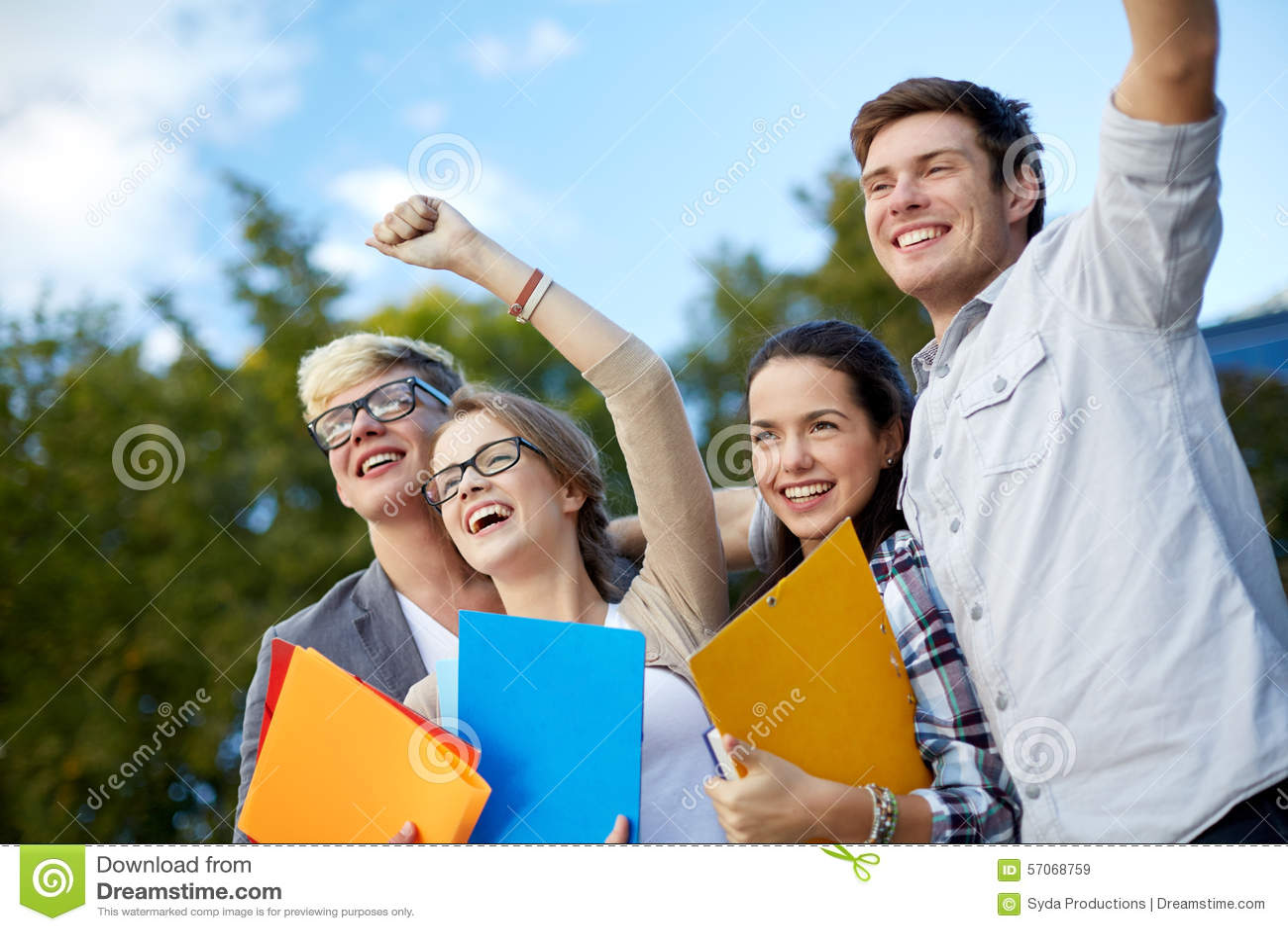 Groep gelukkige studenten die triomfgebaar tonen