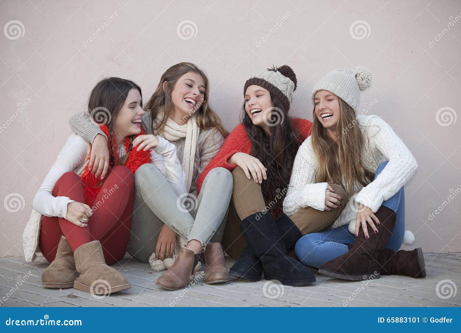 Groep in gelukkige tienerjaren
