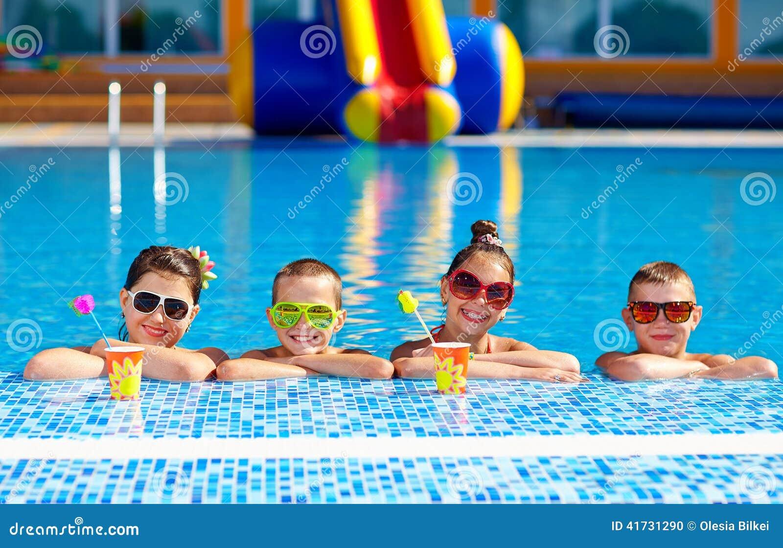 Groep gelukkige tienerjonge geitjes in de pool