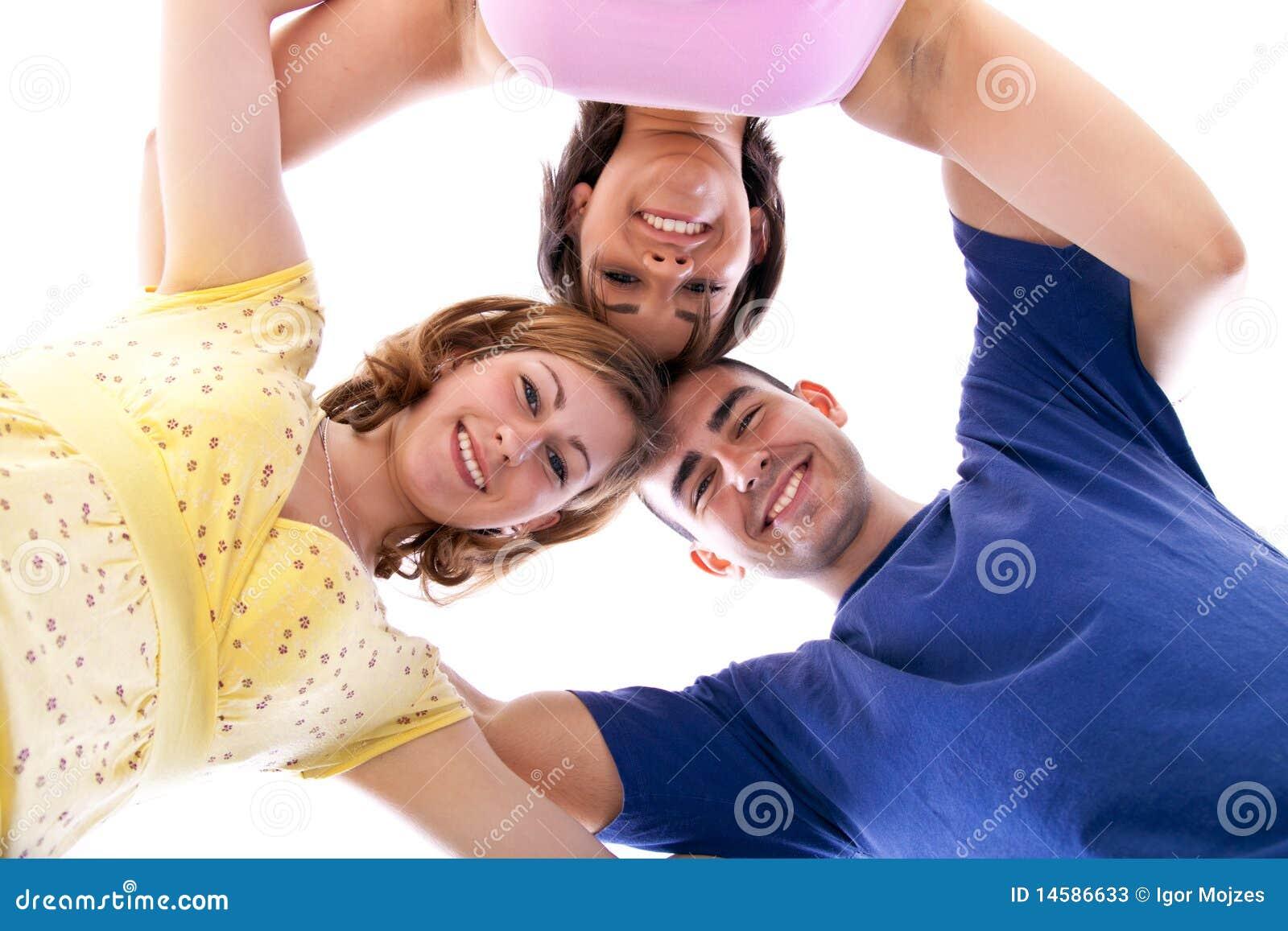 Groep gelukkige tieners in cirkel