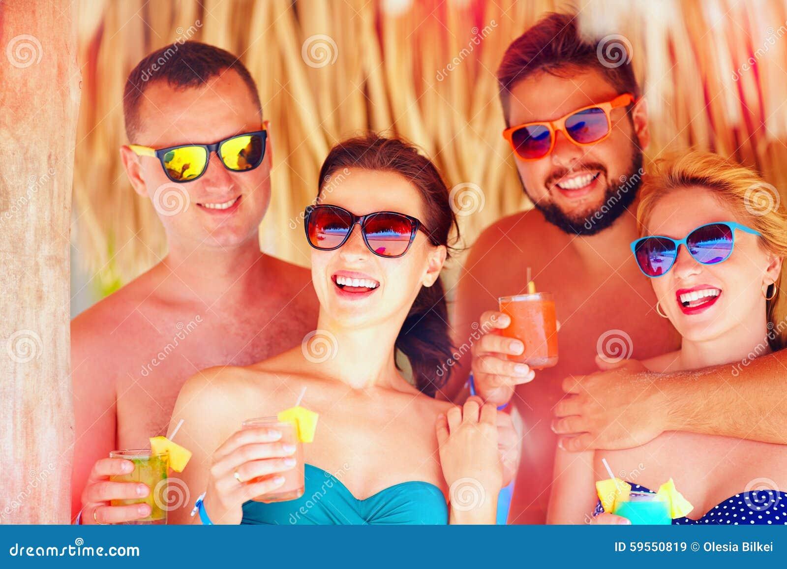 Groep gelukkige vrienden die pret op tropisch strand, vakantiepartij hebben