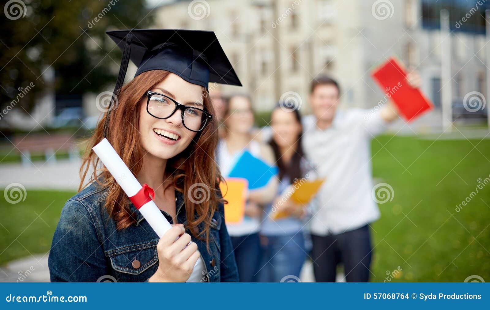 Groep glimlachende studenten met diploma en omslagen