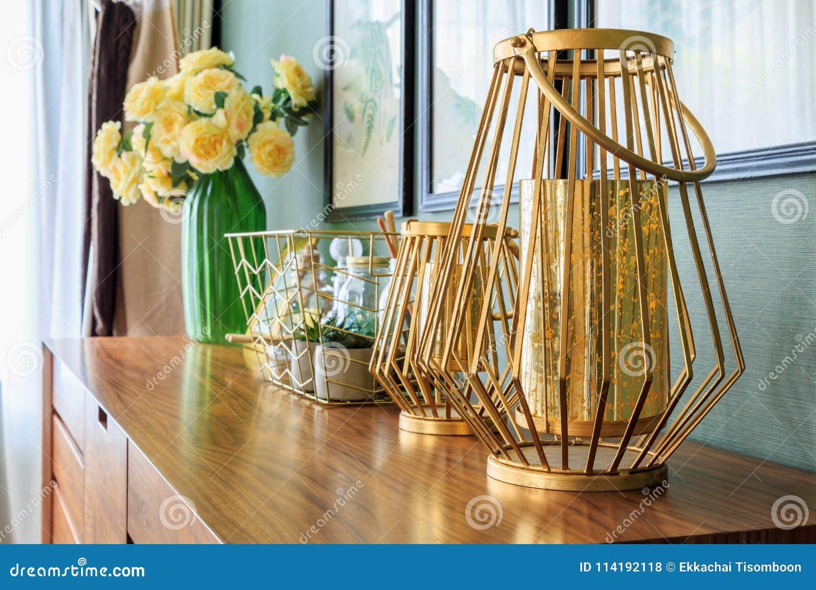 groep gouden decoratie op de lade in slaapkamer