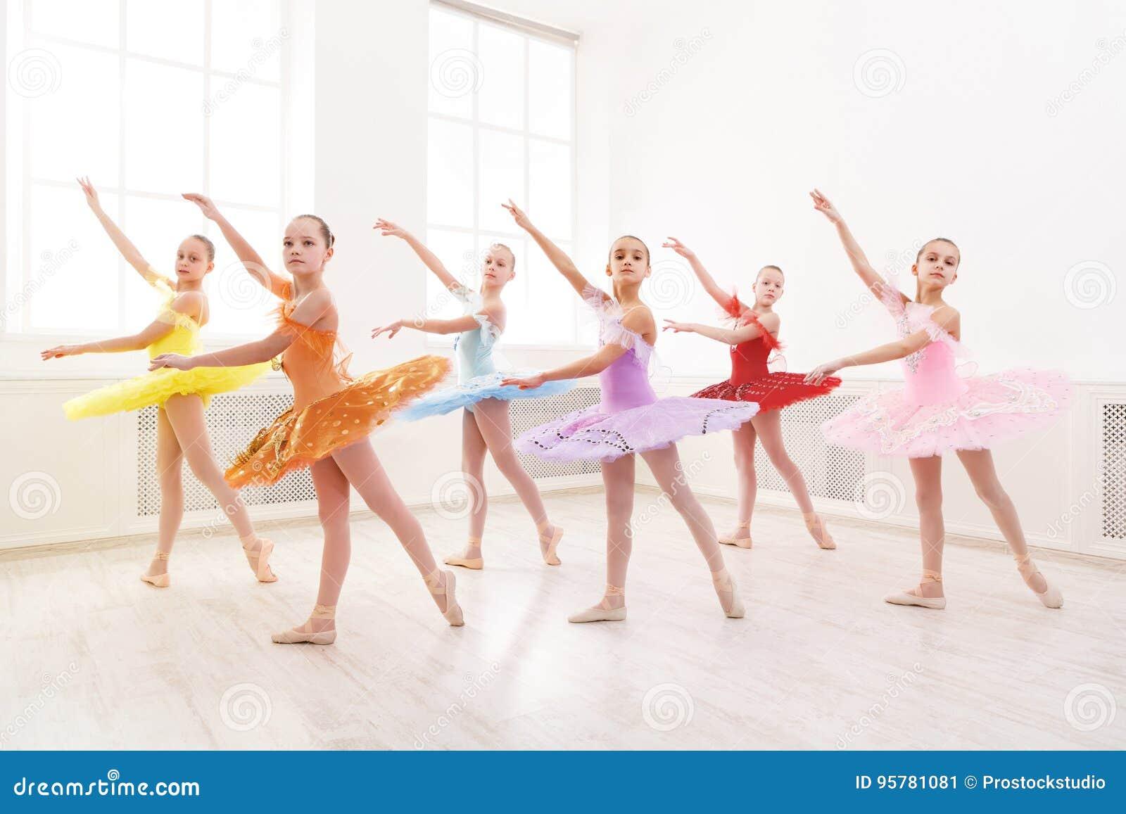 Groep het jonge de studenten van de balletdans presteren