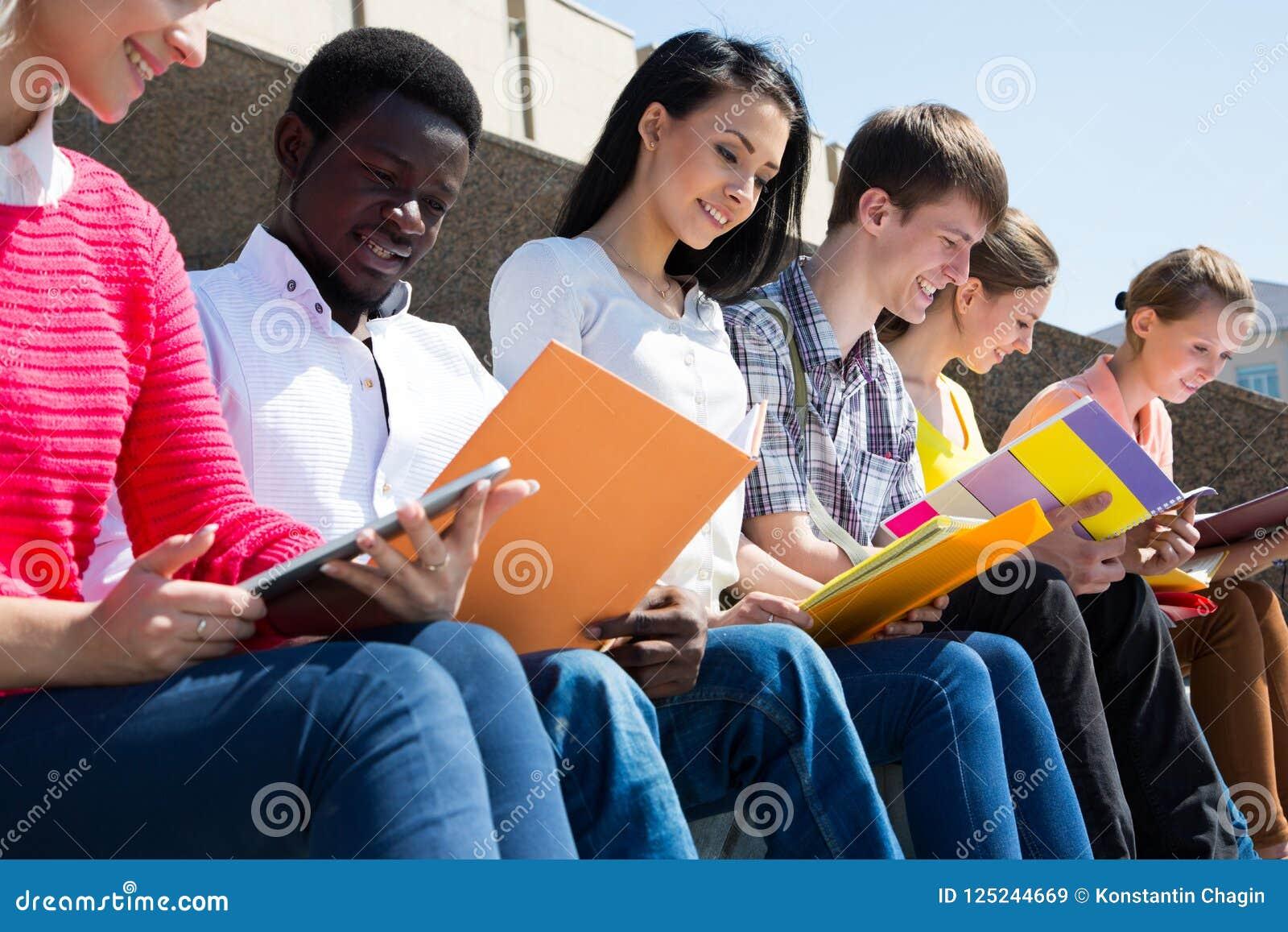 Groep het universitaire studenten bestuderen
