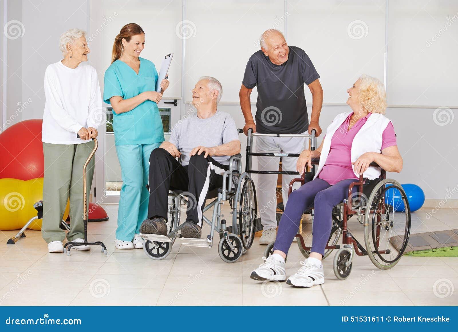 Groep hogere mensen met en zonder handicaps