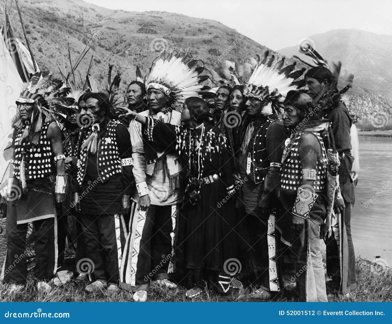 Groep Inheemse Amerikanen in traditioneel gewaad (Alle afgeschilderde personen leven niet langer en geen landgoed bestaat Leveran