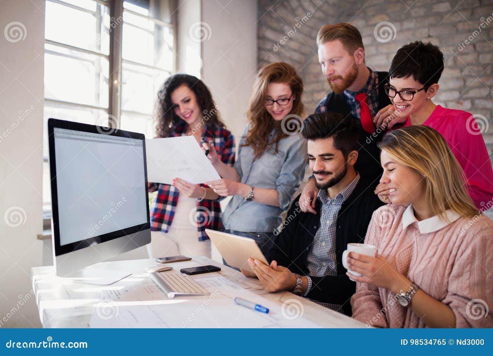Groep jonge architecten die digitale tablet gebruiken