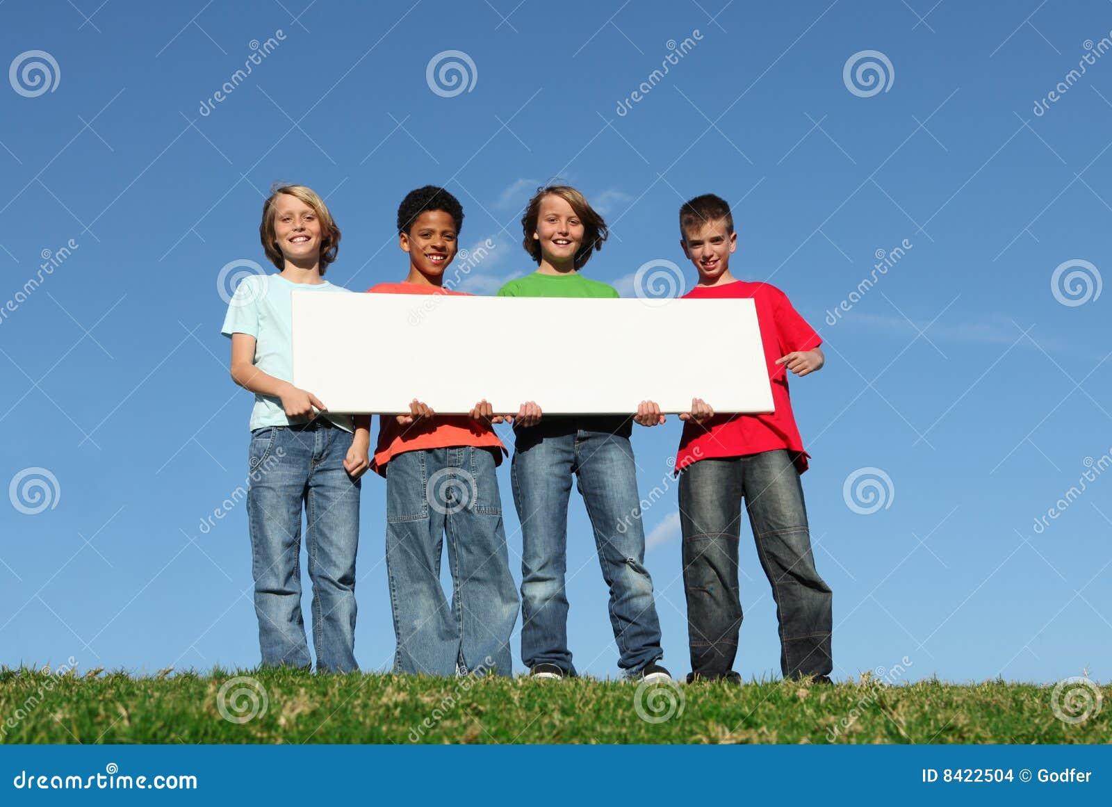 Groep jonge geitjes met leeg teken