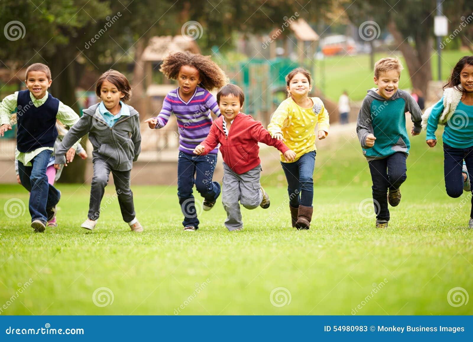 Groep Jonge Kinderen die naar Camera in Park lopen