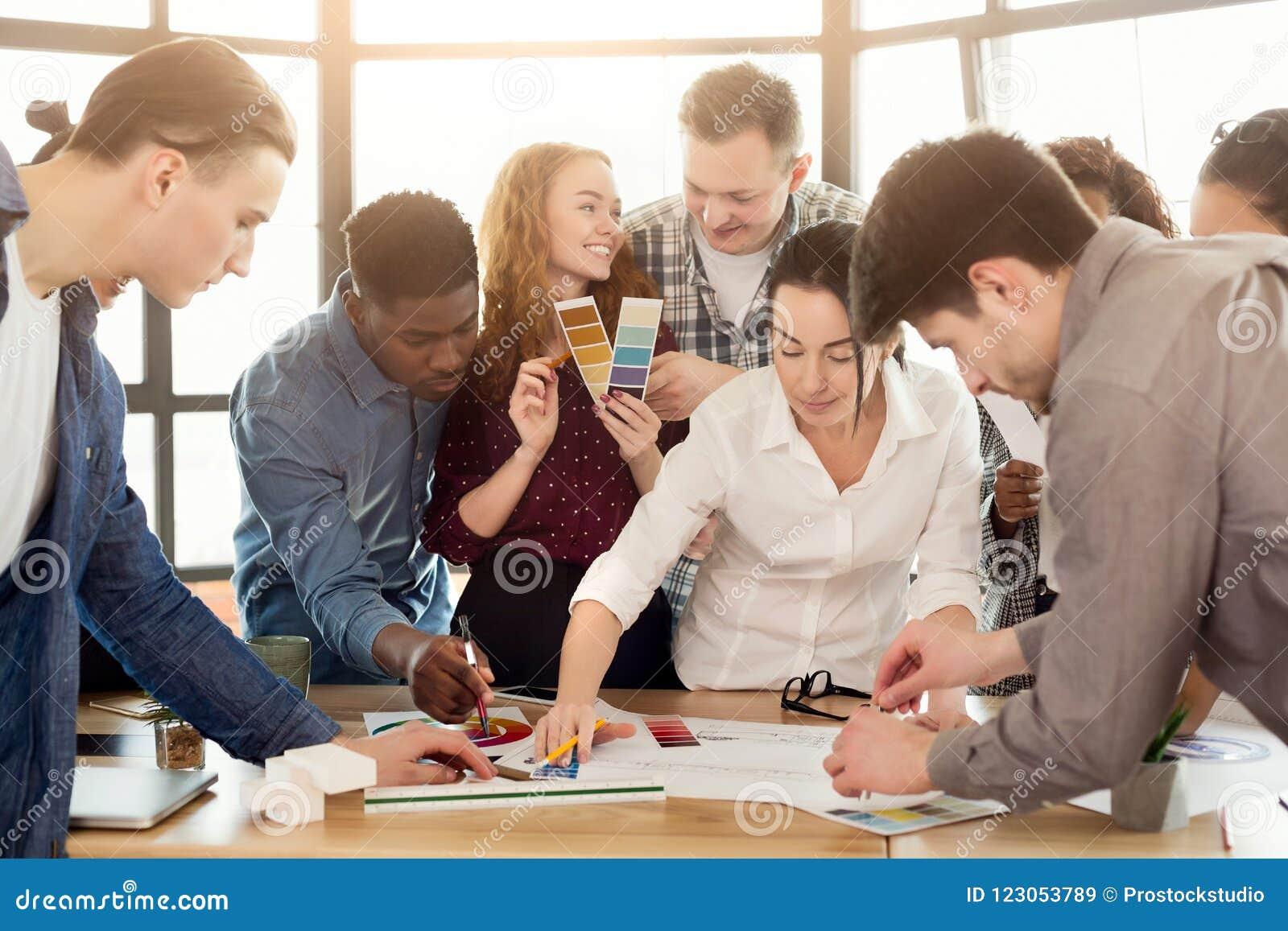 Groep jonge ontwerpers die met project werken