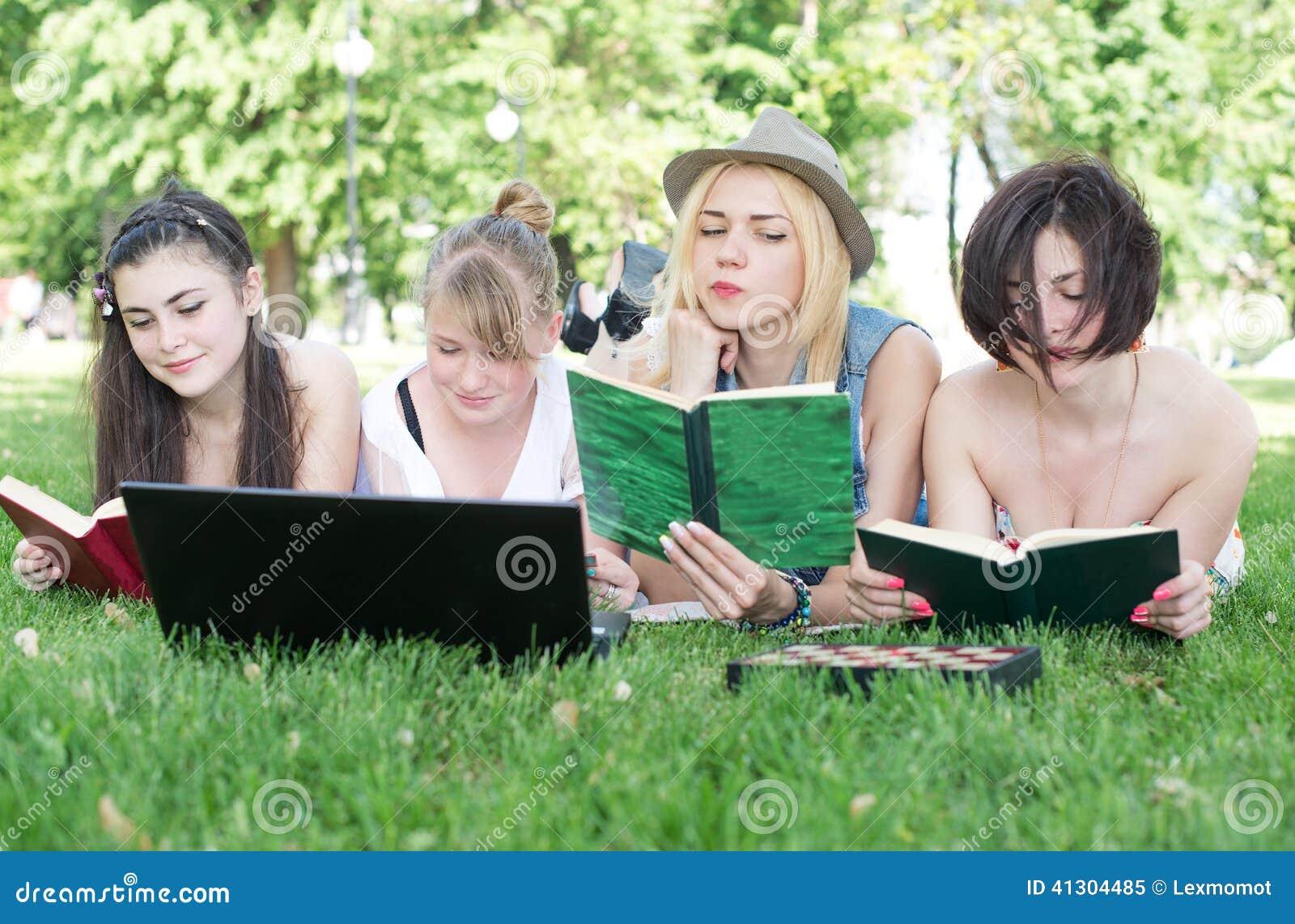 Groep jonge student die laptop samen met behulp van