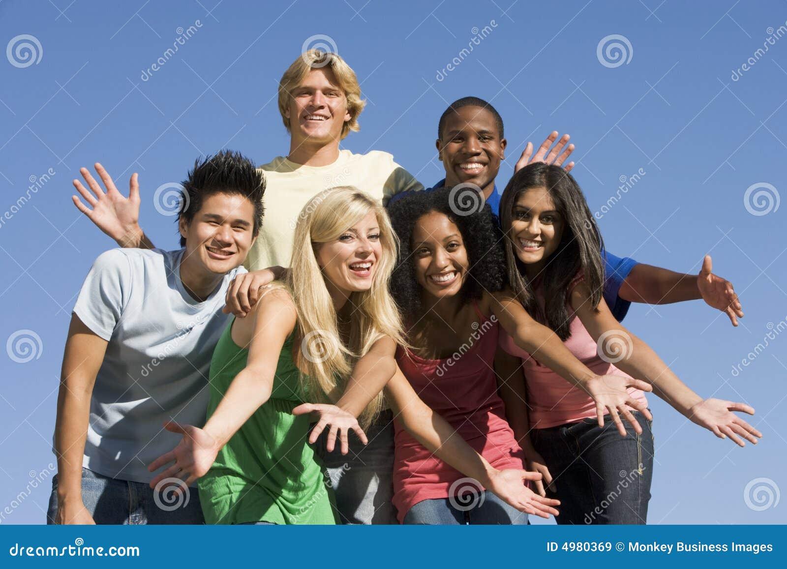 Groep jonge vrienden buiten