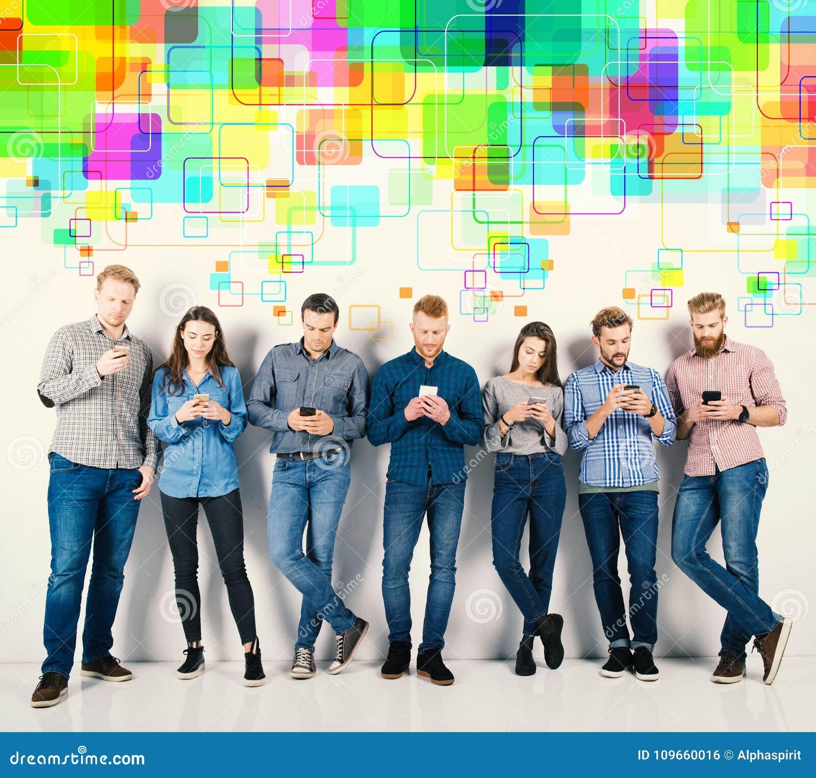 Groep jongens en meisjes aan hun smartphones worden verbonden die Concept Internet en sociaal netwerk