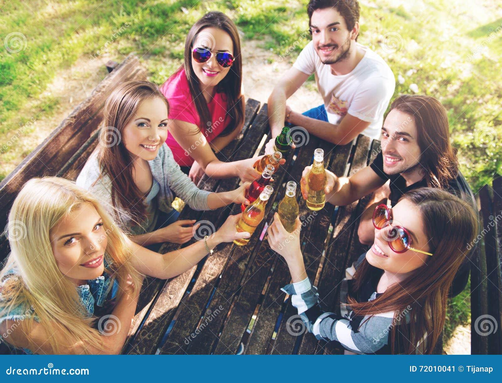 Groep jongeren die, hebbend pret toejuichen