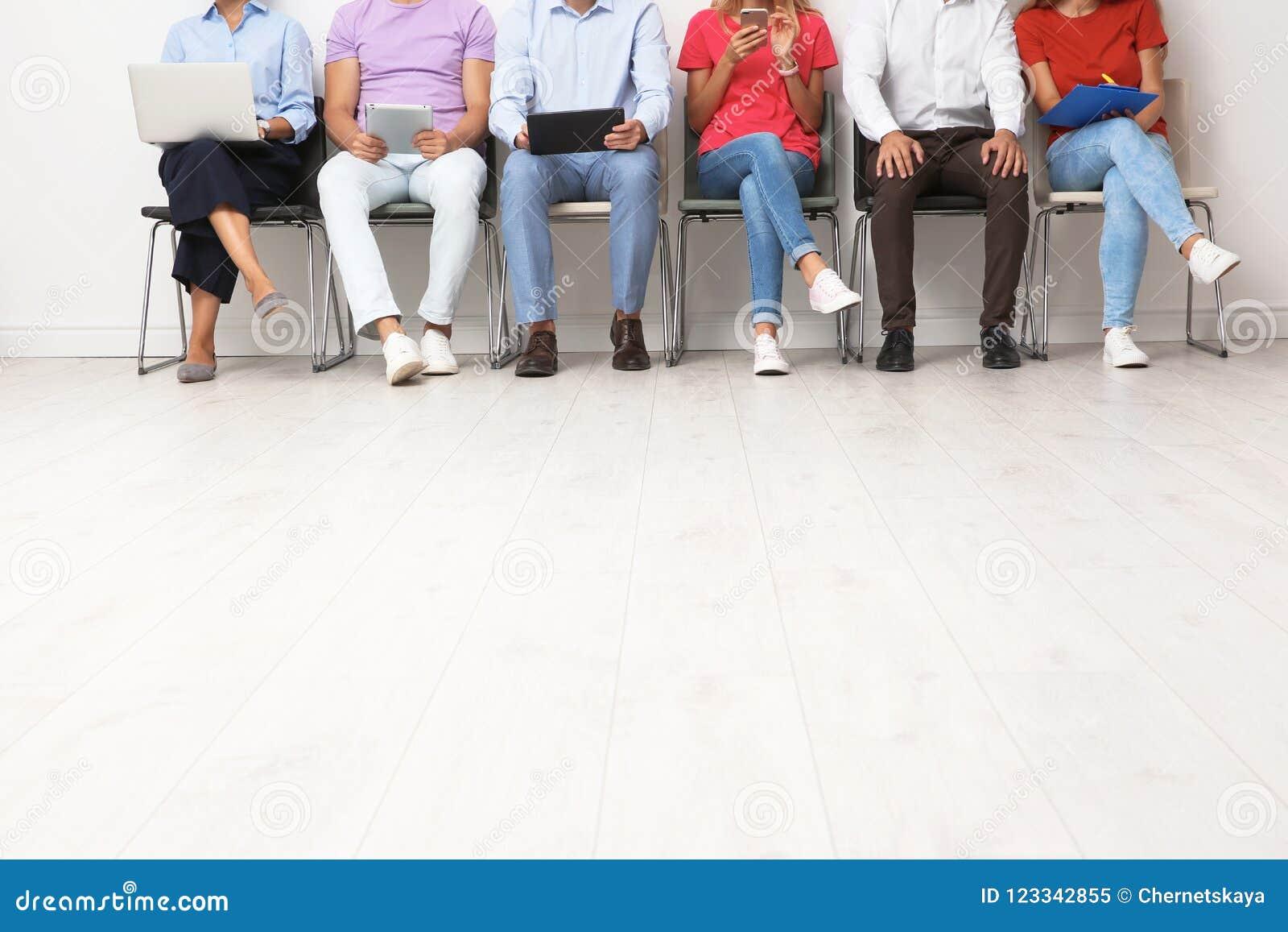 Groep jongeren die op baangesprek wachten