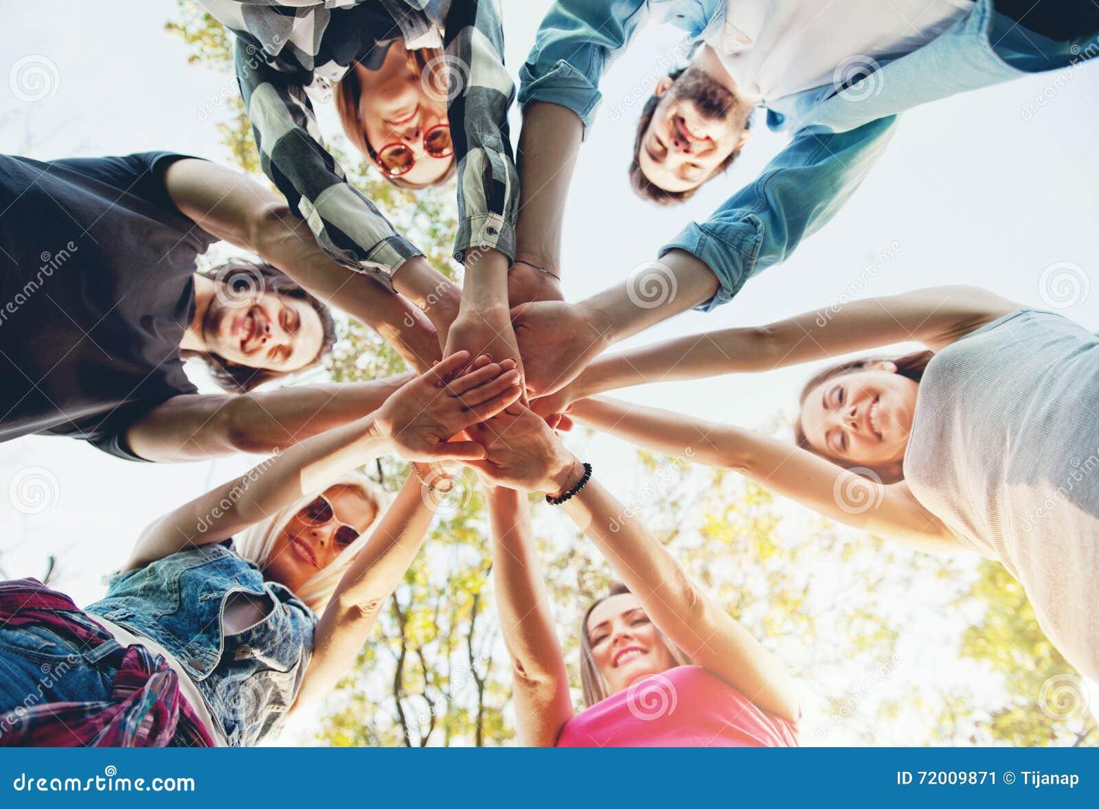Groep jongeren die zich in een cirkel bevinden, in openlucht