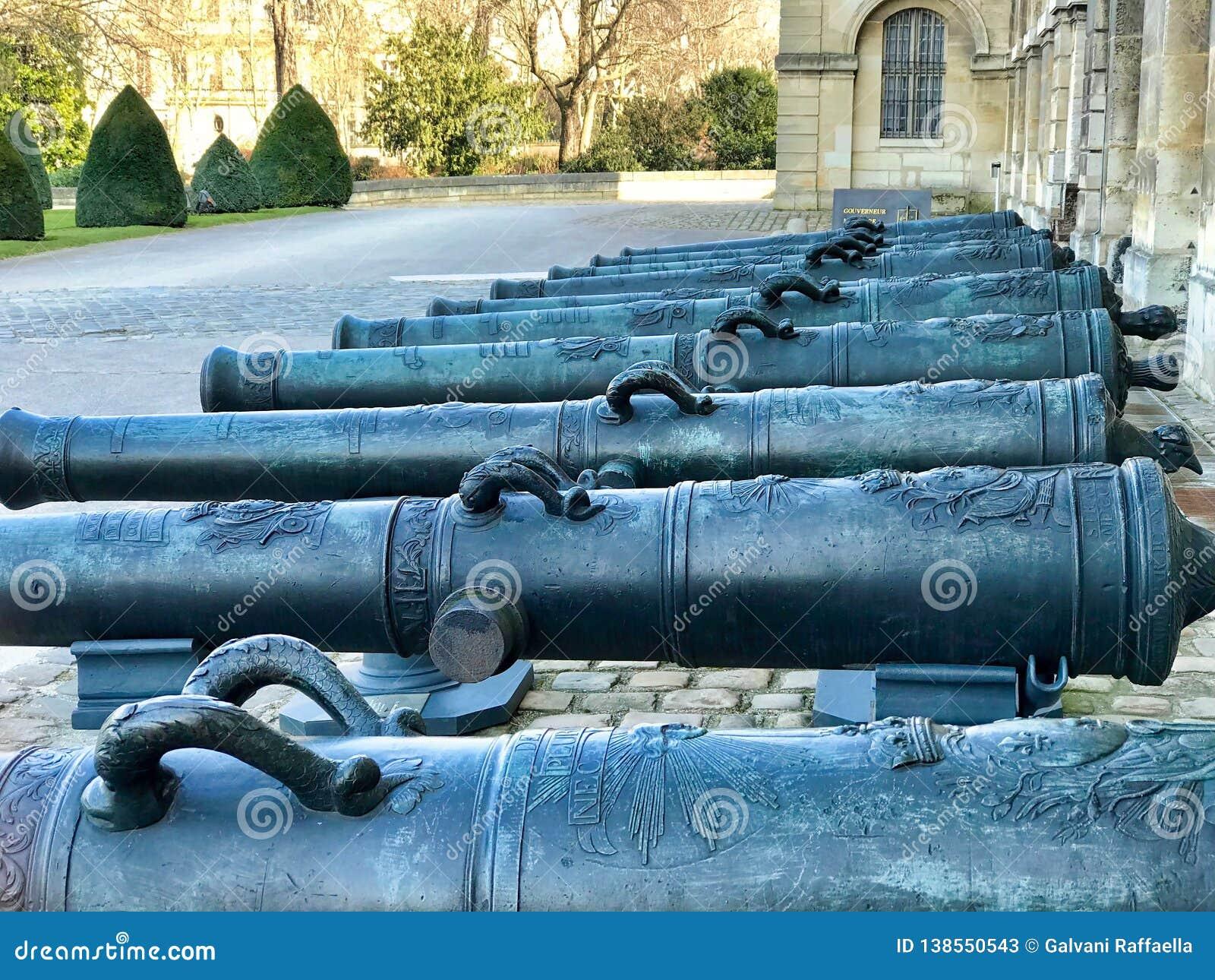 Groep kanonnen in de ingangsbinnenplaats van les invalides in Parijs