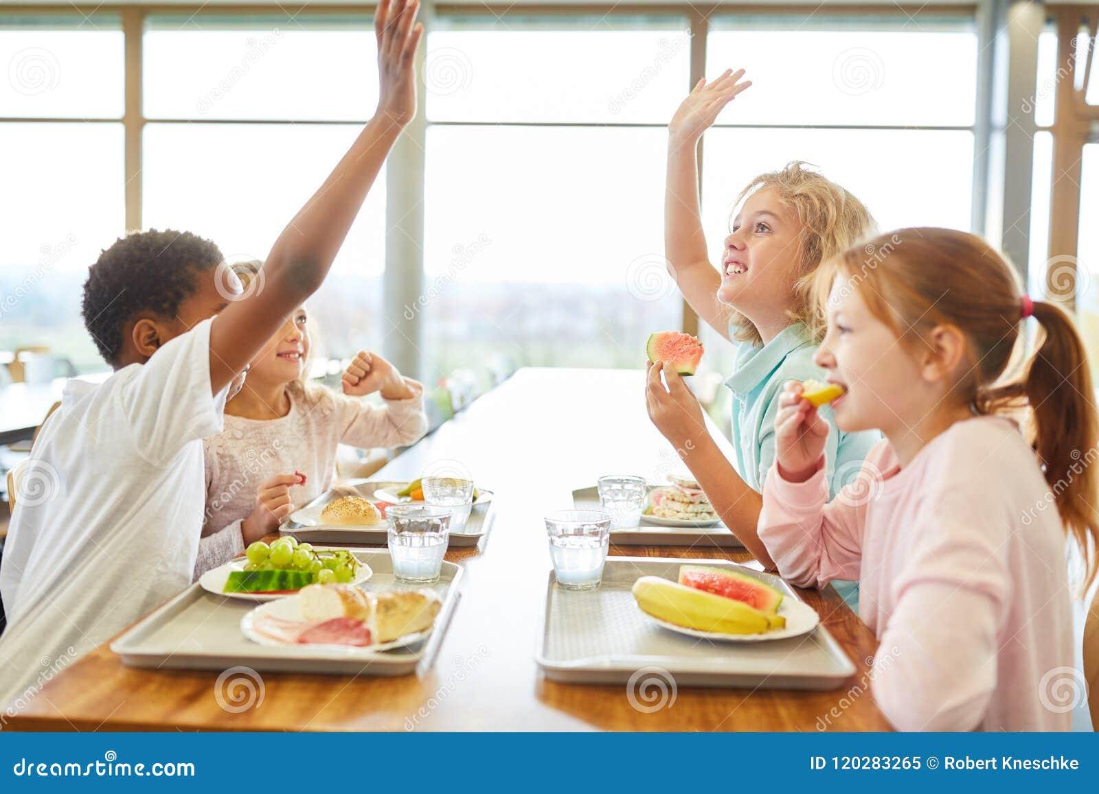 Groep kinderen in de kantine bij lunch