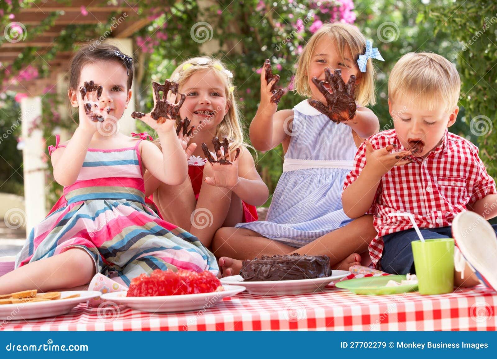 Royalty-vrije stock afbeeldingen: groep kinderen die cake eten bij