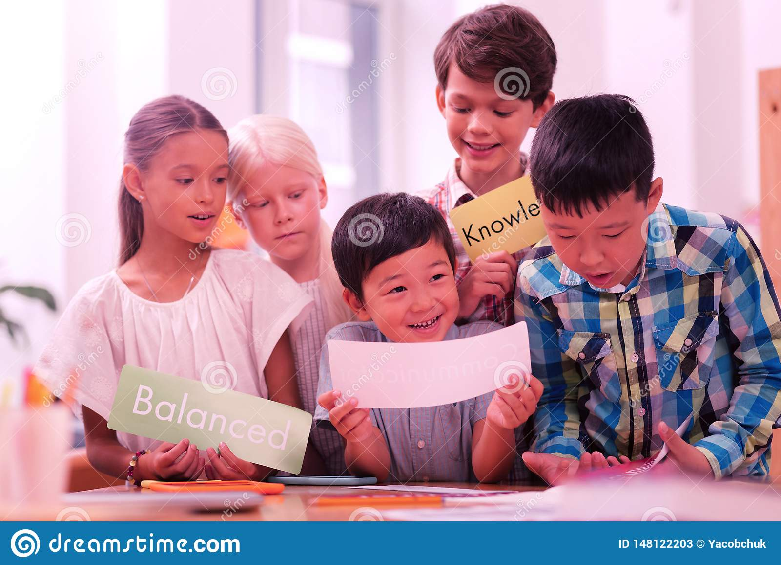 Groep kinderen die nieuwe Engelse woorden leren