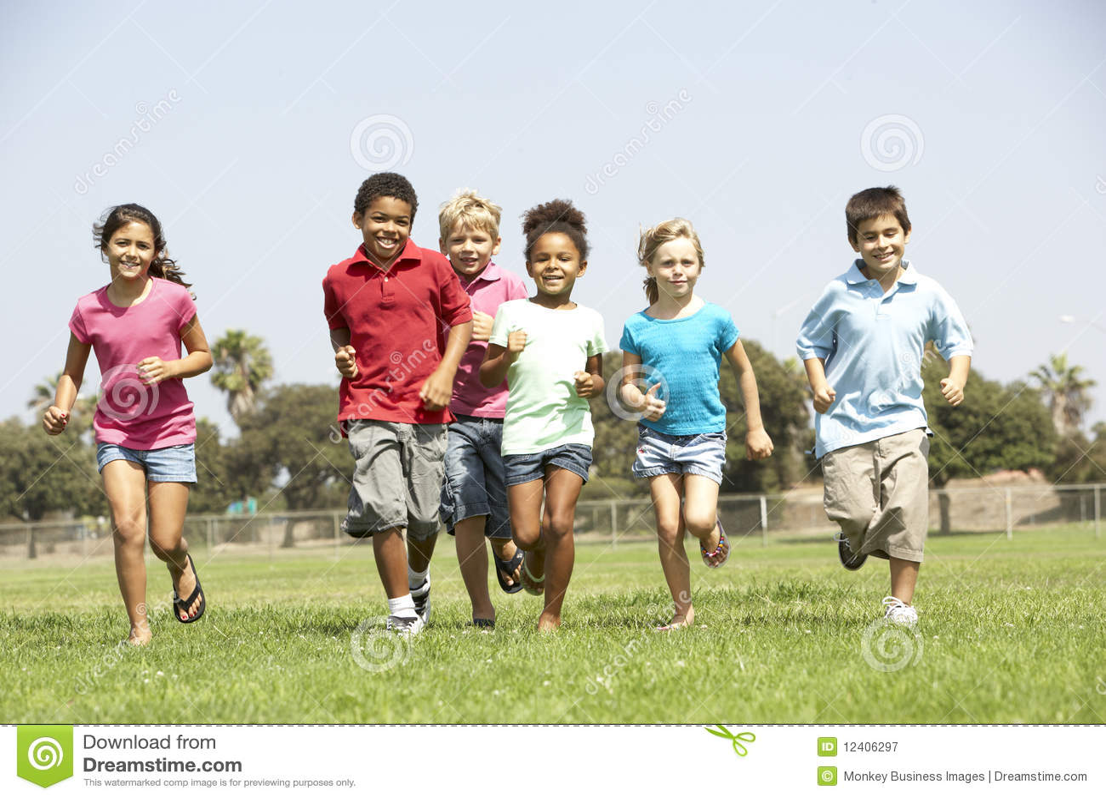 Groep Kinderen die in Park lopen