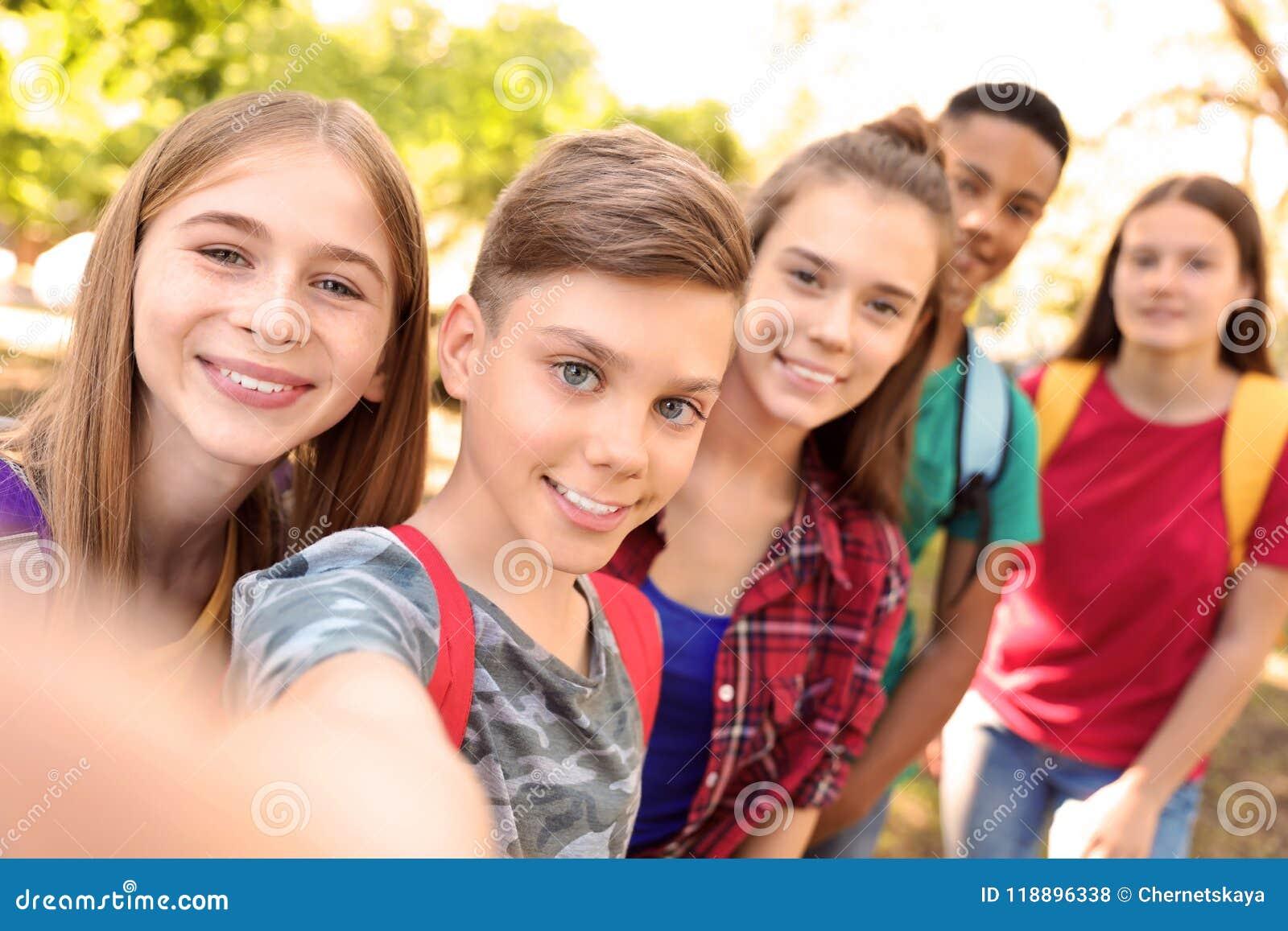 Groep kinderen die selfie in openlucht nemen