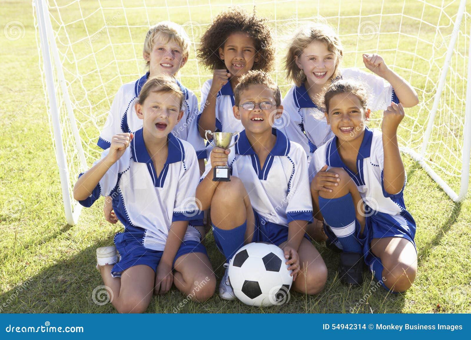 Groep Kinderen in Voetbal Team Celebrating With Trophy