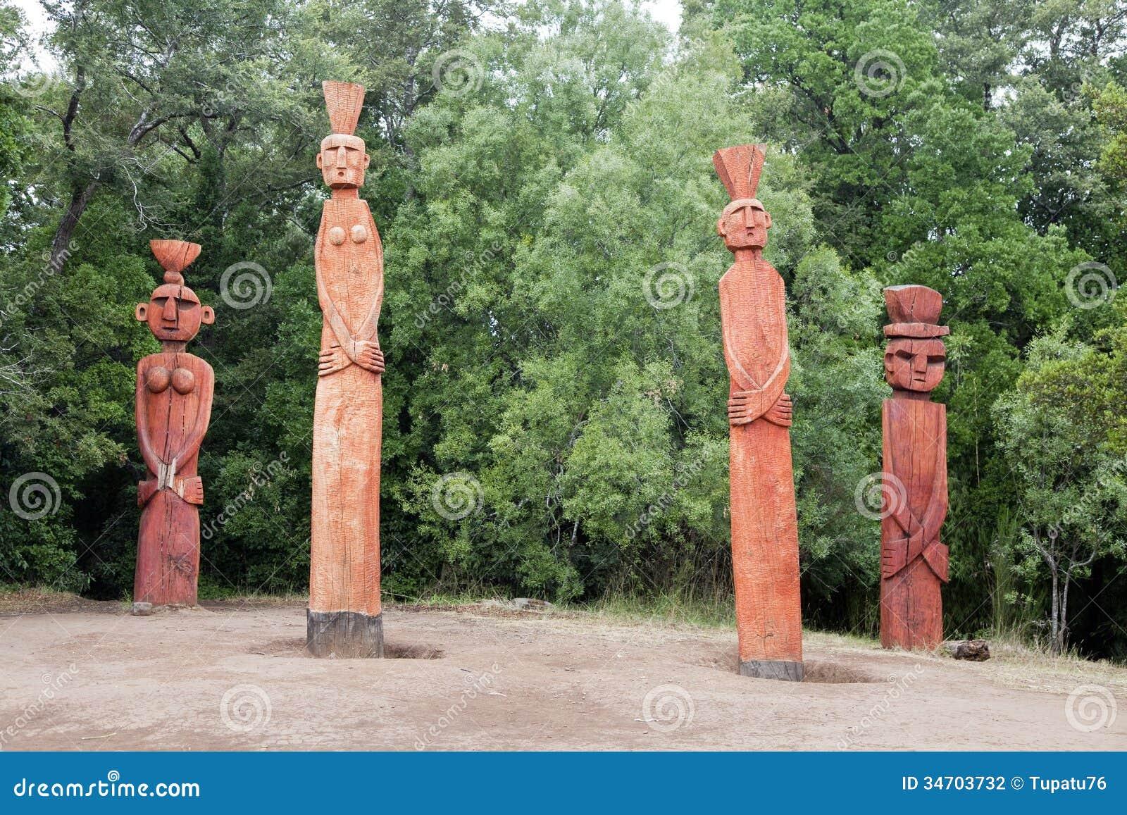 Groep Mapuchean-totems bij een park in Temuco.
