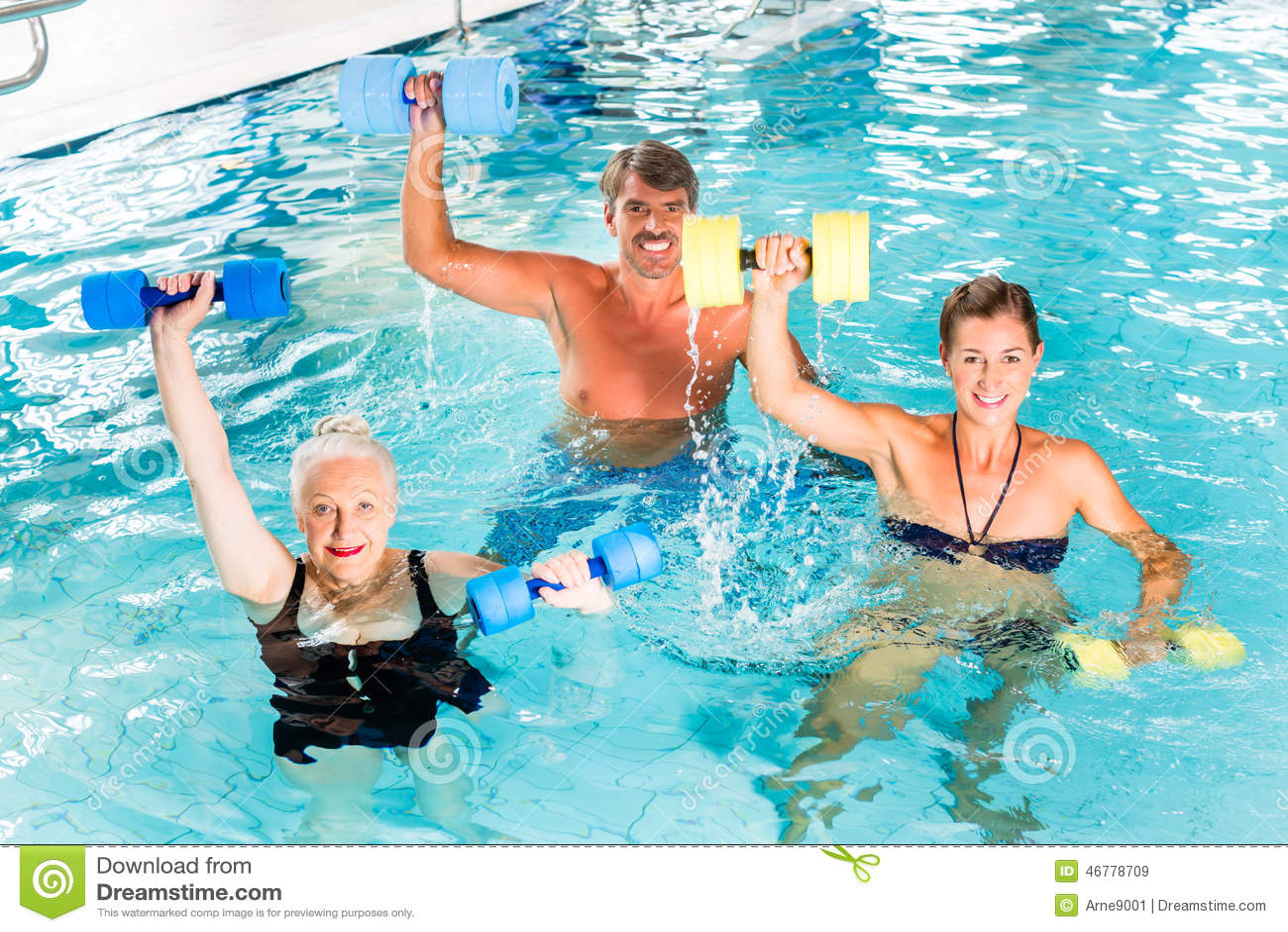 Groep mensen bij watergymnastiek of aquarobics