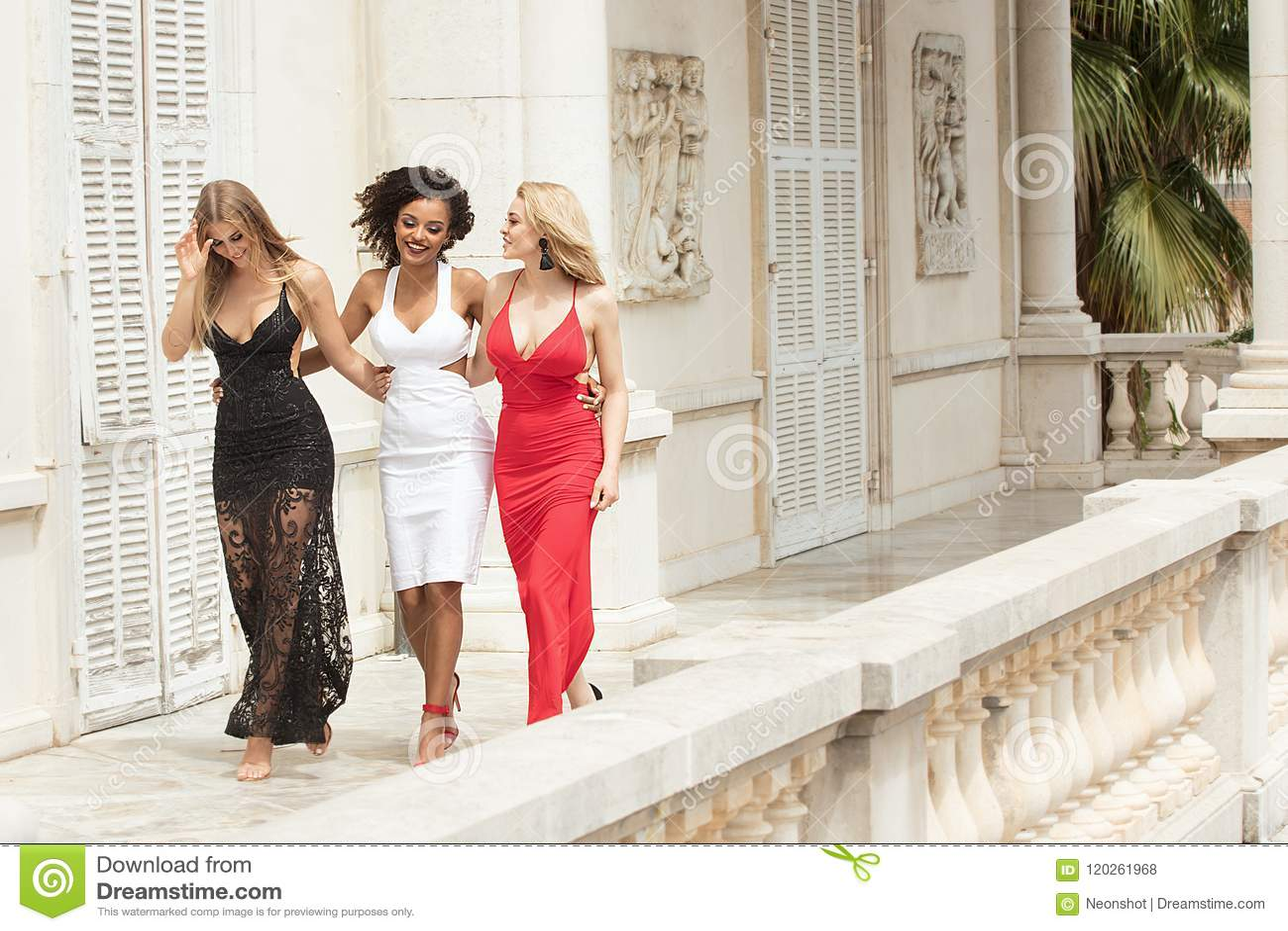 Groep mooie sexy dames in elegante kleding bij zonnige summe