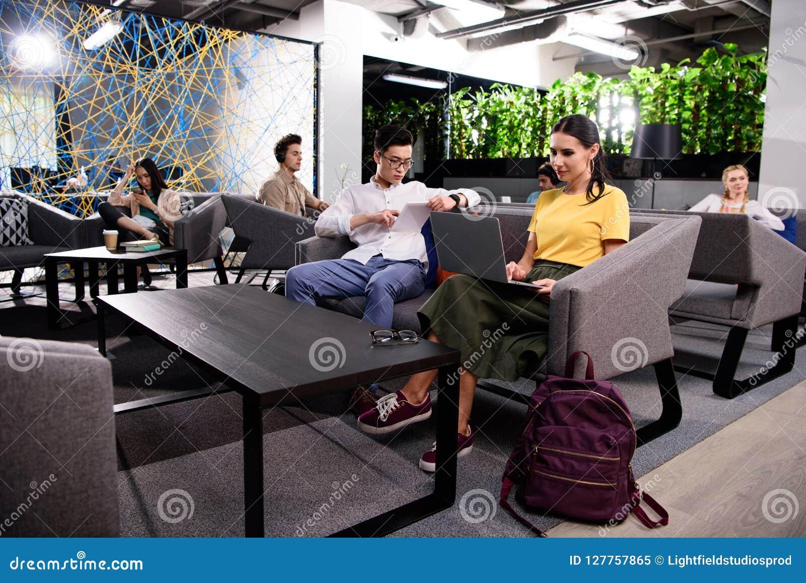 Groep multicultureel zakenlui die bij het moderne coworking werken