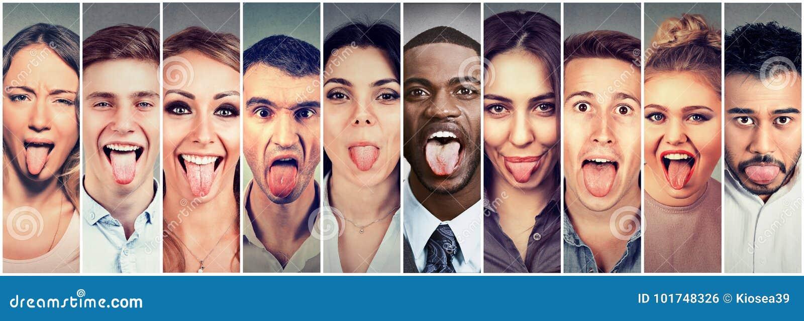 Groep multiculturele jongerenmannen en vrouwen die uit hun tongen plakken