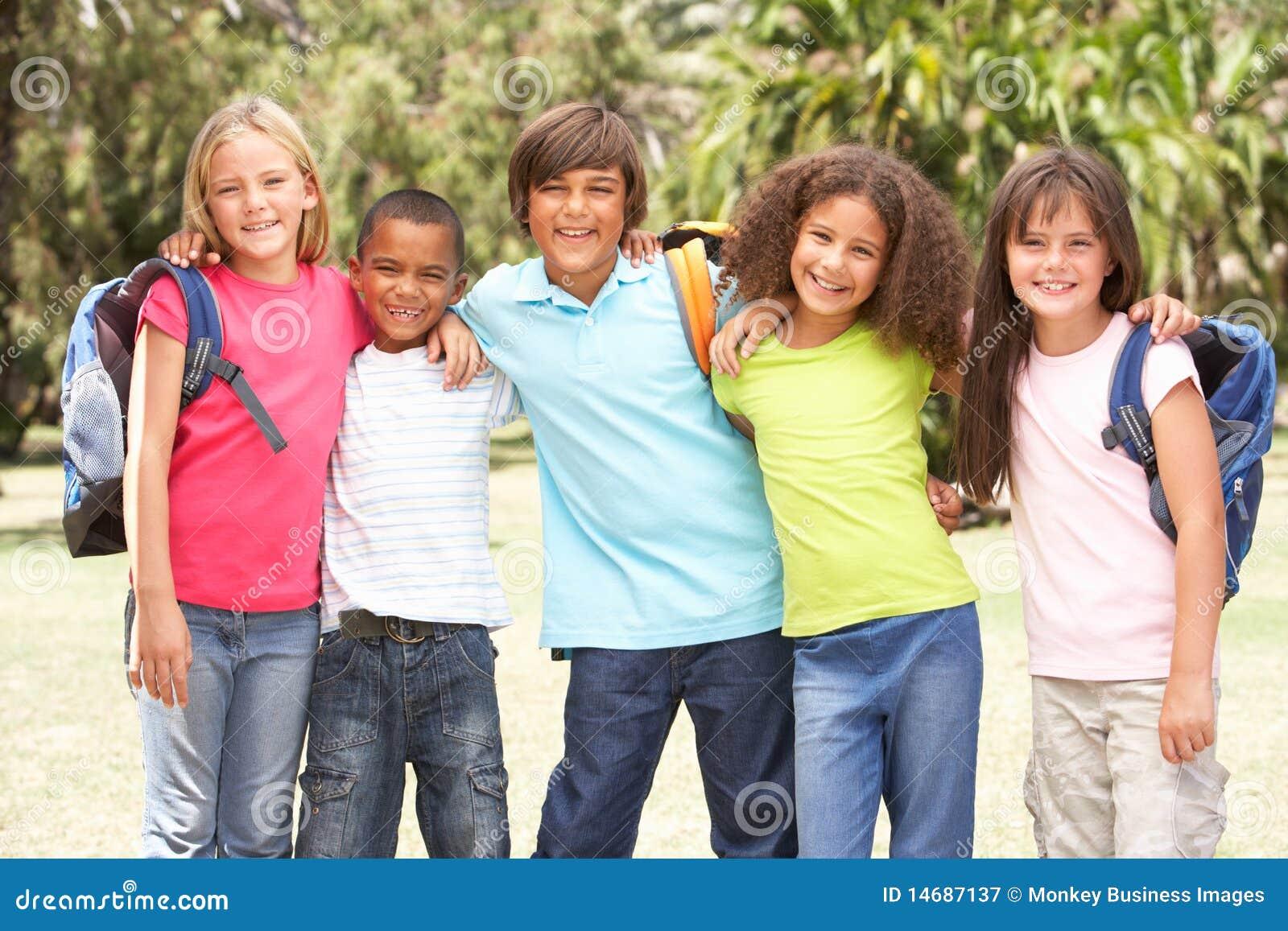 Groep Schoolkinderen Die Zich In Park Bevinden Royalty ...