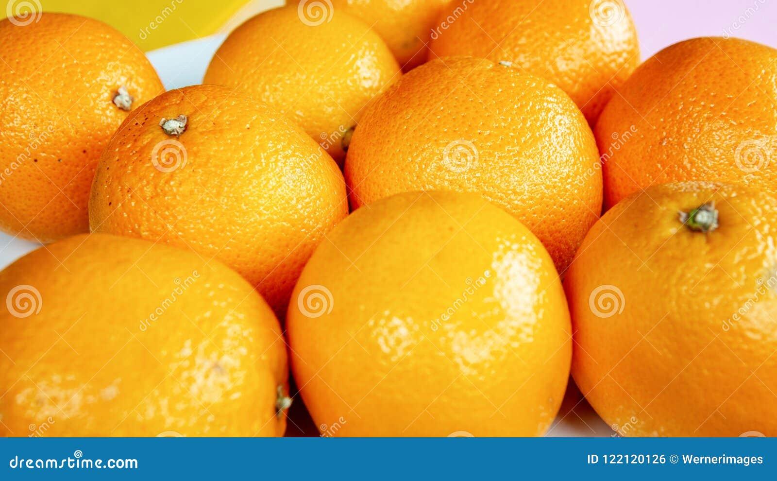 Groep sinaasappelen op witte plaat