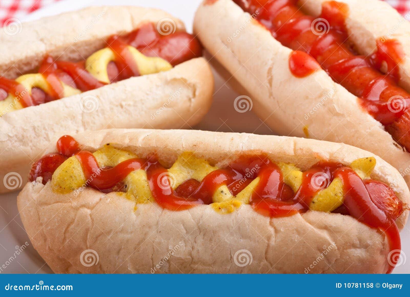 Groep smakelijke hotdogs