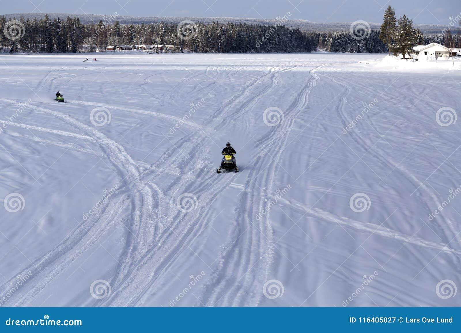 Groep sneeuw mobiles op de rivier
