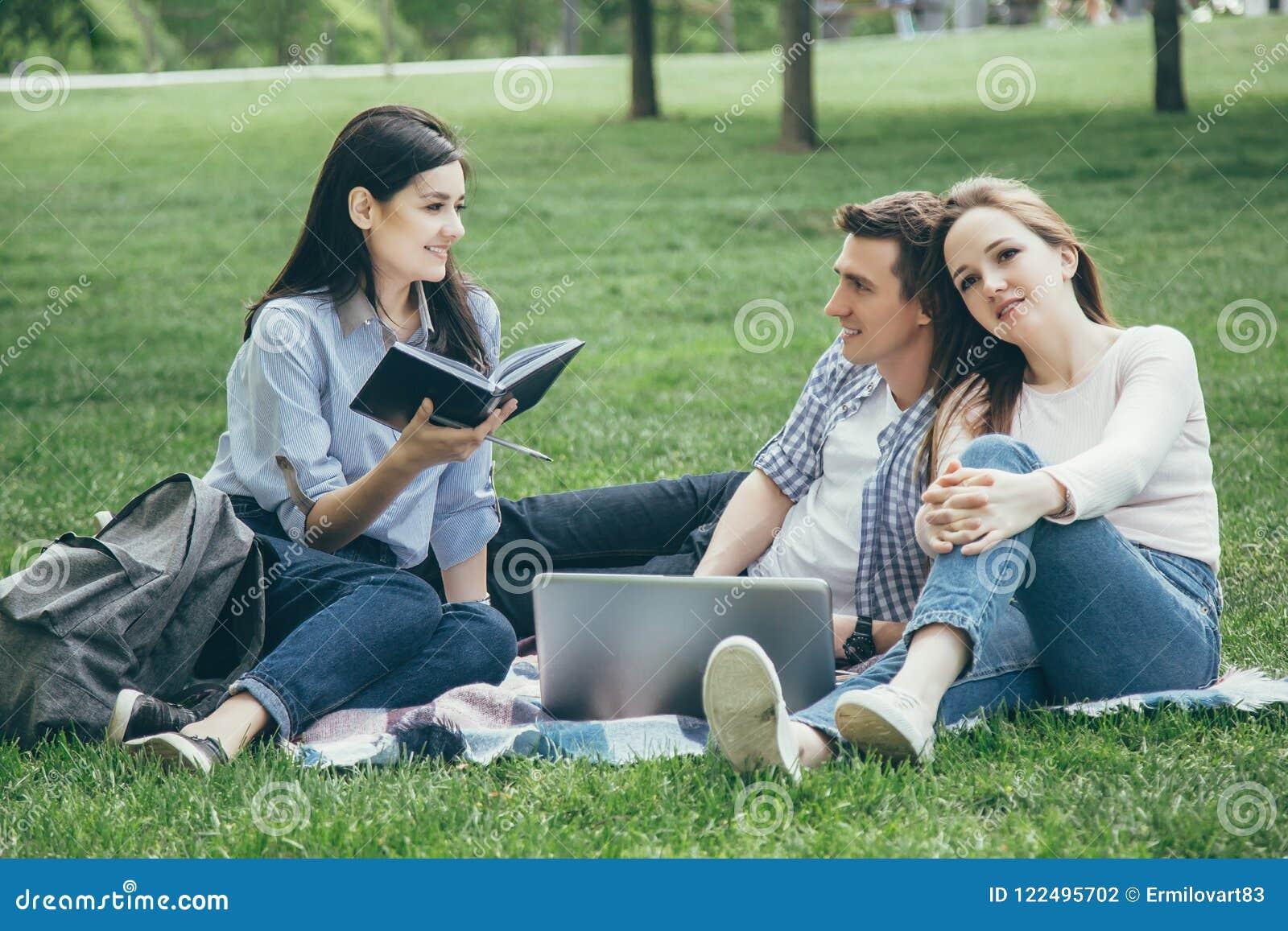 Groep studenten bij het park