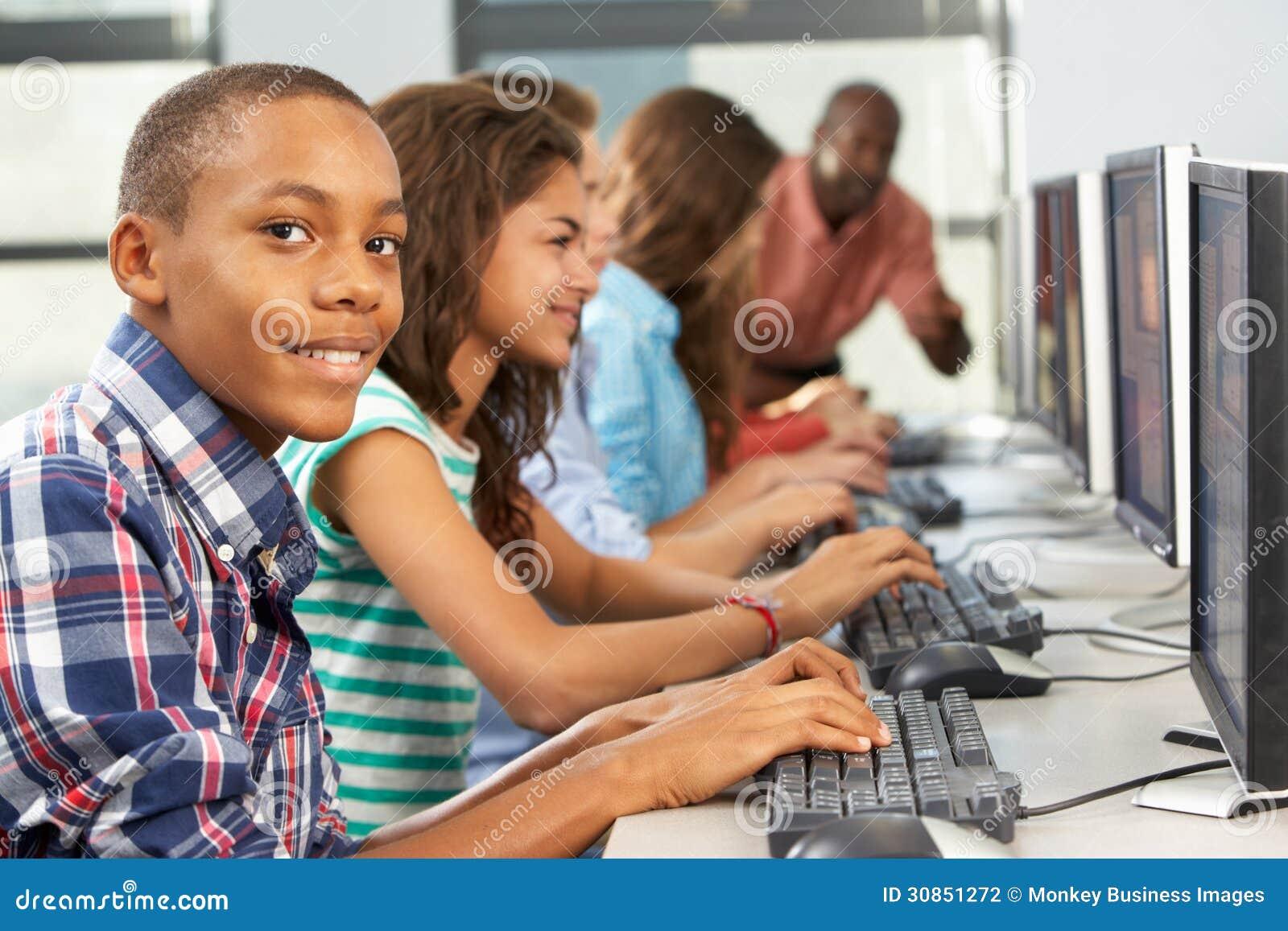 Groep Studenten die bij Computers in Klaslokaal werken