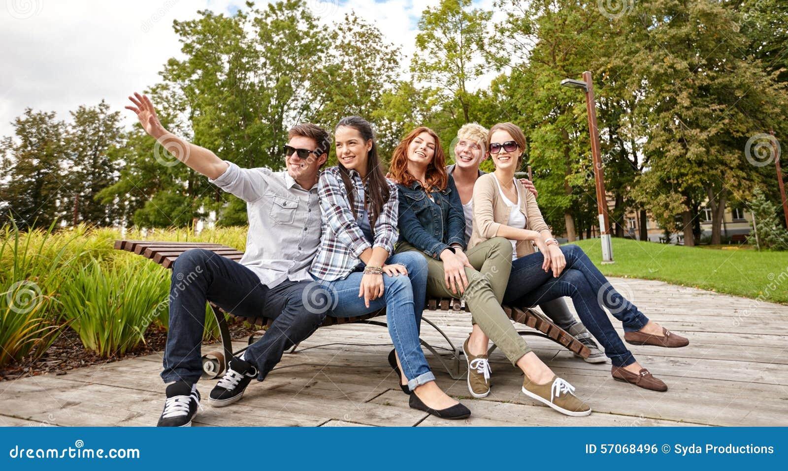 Groep studenten of tieners die uit hangen
