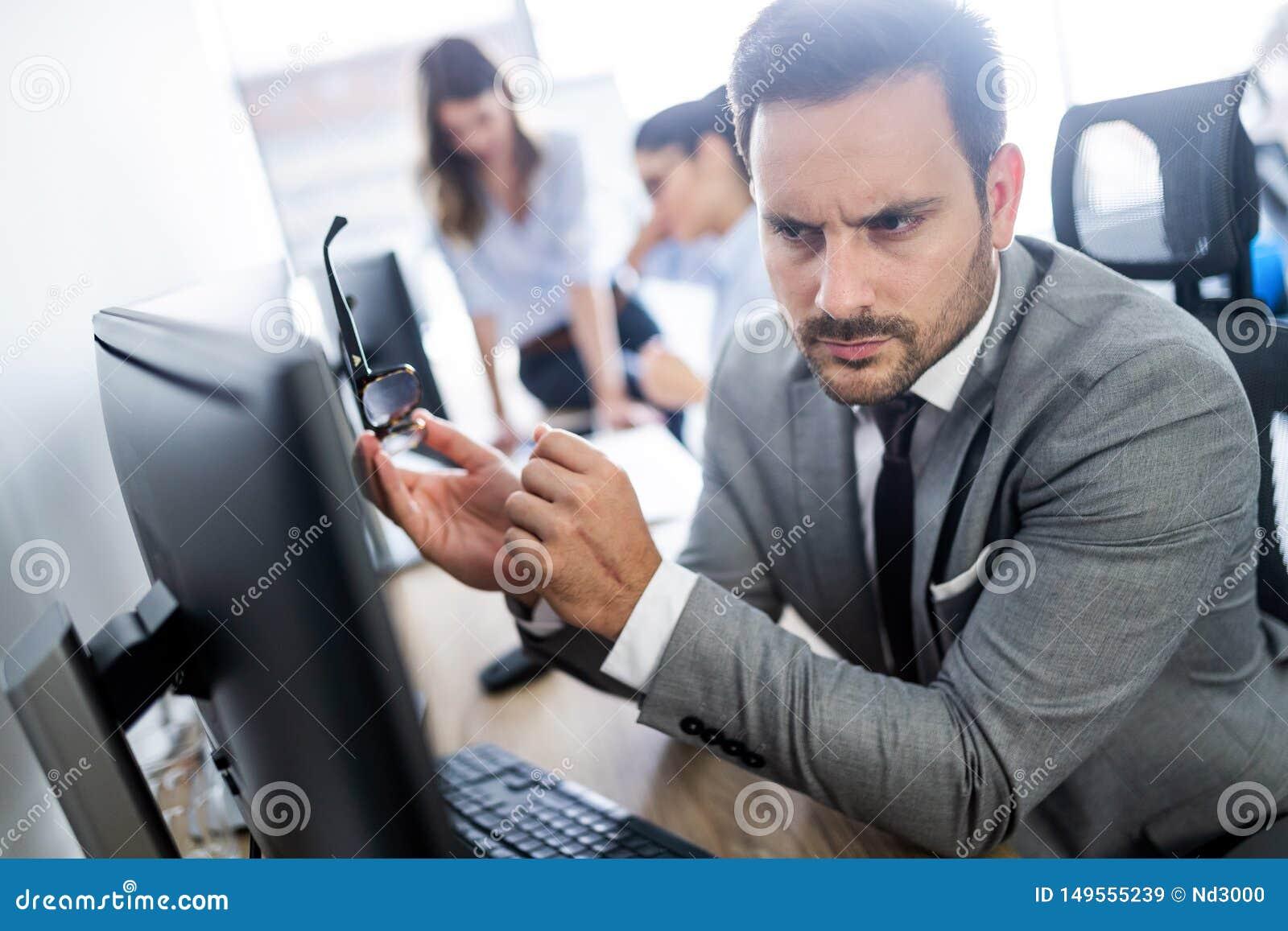 Groep succesvolle bedrijfsmensen aan het werk in bureau