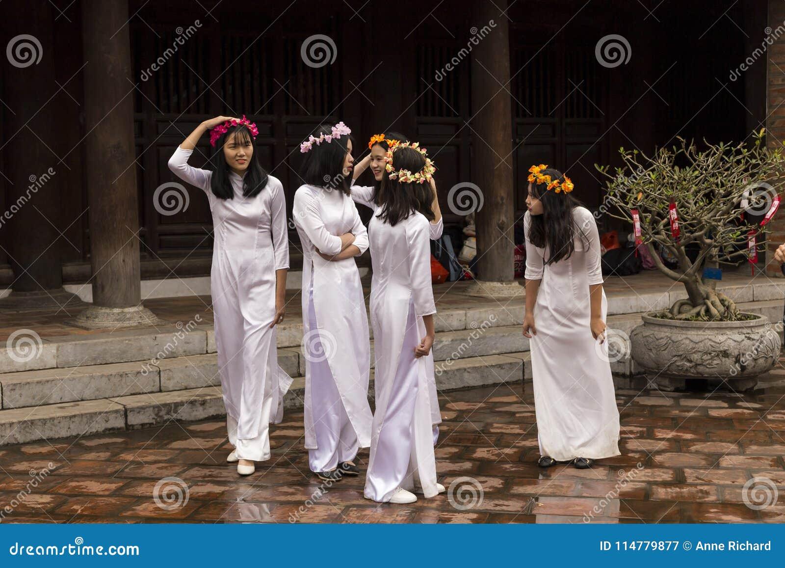 Groep tieners in de Tempel van Literatuur in Hanoi, Vietnam