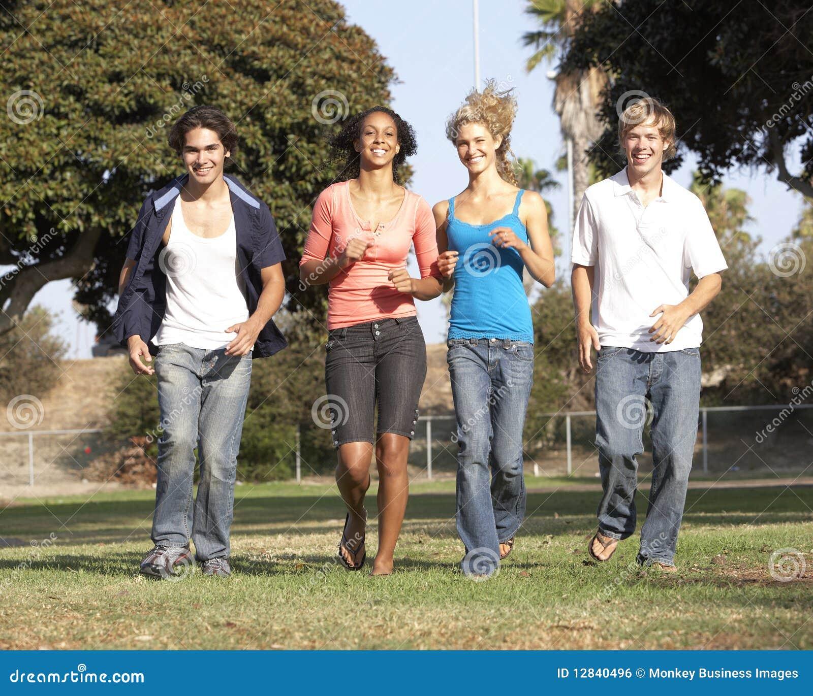 Groep Tieners die in Park lopen