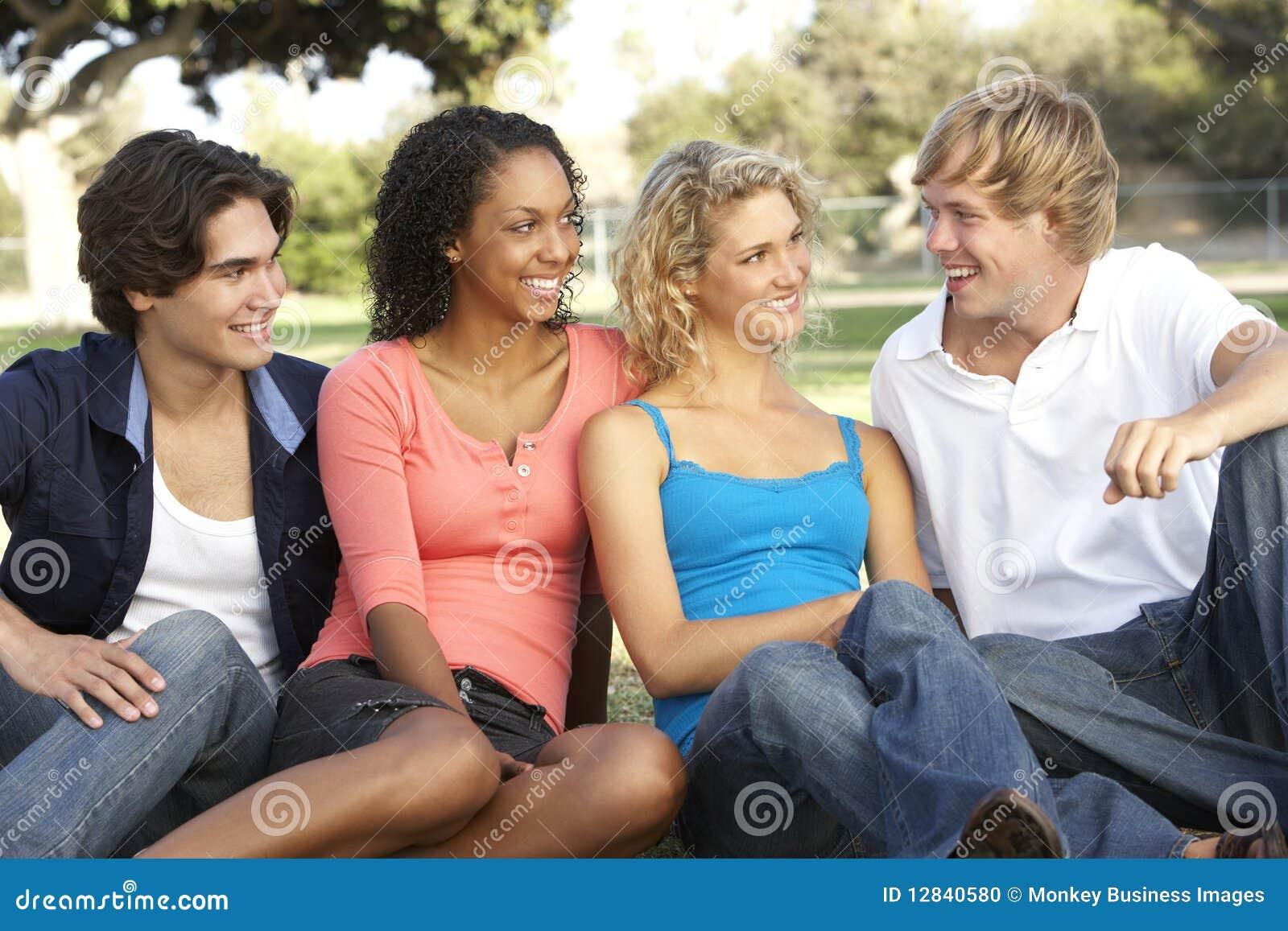 Groep Tieners die in Speelplaats zitten